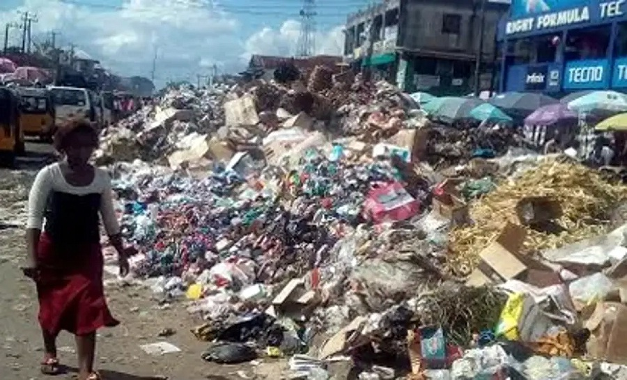 Using dirty plastics to sell  drinks, palm oil, groundnut oil